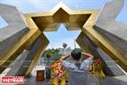 Thành kính dâng hưởng tưởng niệm tại Nghĩa trang Liệt sĩ Quốc gia Đường 9. Ảnh: Thanh Hoà
