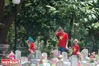 Cha và con tự hào với sắc áo màu cờ đỏ sao vàng trong ngày đi viếng Nghĩa trang Liệt sĩ Quốc gia Trường Sơn. Ảnh: Thanh Hoà