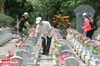 Hằng năm, cứ đến dịp Ngày Thương binh Liệt sĩ (27/7), nhiều gia đình trên khắp mọi miền đất nước lại tìm về viếng phần mộ của con em mình đang nằm lại ở Nghĩa trang Liệt sĩ Quốc gia Trường Sơn. Ảnh: Thanh Hoà