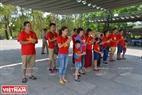 Một gia đình gồm nhiều thế hệ cùng đến viếng mộ các anh hùng liệt sĩ ở Nghĩa trang Liệt sĩ Quốc gia Trường Sơn. Ảnh: Thanh Hoà