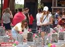 Các bạn trẻ người New Zealand thắp hương tưởng niệm các liệt sĩ tại Nghĩa trang Liệt sĩ Quốc gia Trường Sơn. Ảnh: Thanh Hoà