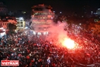 On Dong Kinh Nghia Thuc square, Hanoians had a sleepless night to celebrate the team's win. Photo: Tat Son