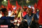 A foreigner shares the joy of Hanoi fans. Photo: Tat Son