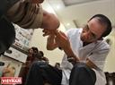 Hàng ngày, Bác sĩ Lê Thành Đô vẫn khám, chữa bệnh và đưa ra những giải pháp giúp đỡ những người khuyết tật.