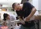Anh Lê Hải Linh đã làm việc cho trung tâm được gần 10 năm. Trước kia, anh là Kỹ thuật viên của Viện Chỉnh hình – Bộ Lao động - Thương binh và Xã hội nhưng sau một thời gian cộng tác với trung tâm anh quyết định về gắn bó lâu dài với công việc ở đây.