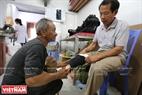 Ông Nguyễn Văn Cư ở Giao Thủy – Nam Định bị mất chân phải do tai nạn lao động cách đây 16 năm. Sau khi biết thông tin về trung tâm ông đã tới và được hỗ trợ làm chân giả trong 1 ngày là xong.