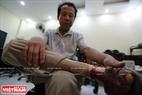 """Ông Nguyễn Văn Cư ở Giao Thủy – Nam Định vui mừng với chiếc """"chân mới"""" của mình. Ông cho biết đã có thể trở về quê nhà để tiếp tục với công việc đánh bắt cá của mình."""