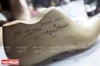 Sau khi lấy số đo chân của khách hàng, ông Ngọc sẽ tạo khuôn giày theo đúng thông số.