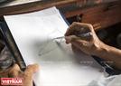 Mỗi một khách hàng đến đặt giày sẽ được ông phác thảo thiết kế riêng cho khách xem trước.