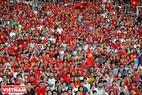 """Các CĐV """"nhuộm đỏ"""" góc khán đài sân Mỹ Đình để cổ vũ và tri ân các VĐV đã thi đấu hết mình tại Asiad 18 vừa qua."""