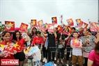 Rất đông người hâm mộ đã tập trung quanh sân bay Nội Bài (Hà Nội) để bày tỏ tình yêu với các vận động viên.