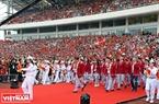 Các đoàn thể thao Việt Nam tiến ra khu vực lễ đài.