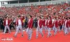 Các VĐV bộ môn bóng đá Olympic Việt Nam vẫy chào người hâm mộ và tiến ra lễ đài.
