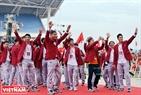 Các cầu thủ Olympic Việt Nam vẫy chào người hâm mộ.