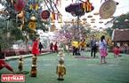 游客和小孩参加民间游戏。