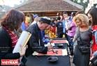 游客在2019年己亥春节书法节求字。