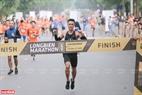 Chỉ sau 2 giờ 36 phút 59 giây sau khi xuất phát, Lê Quang Hòa đã băng băng về đích trong sự tán thưởng của các cổ động... giành chức vô địch nam ở cự ly 42 km.