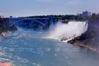 Cây cầu biên giới Mỹ và Canada, là địa điểm thu hút rất đông khách du lịch tham quan.