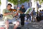 Du khách có thể thả lỏng cơ thể nghỉ ngơi trên các con phố ở Canada và lắng nghe những bản nhạc đường phố nhẹ nhàng và êm ái.