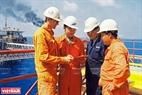 Cán bộ, chuyên gia Nga và Việt Nam trên giàn khoan dầu khí ở ngoài khơiVũng Tàu. Ảnh: TTXVN
