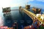Giàn khoan dầu khí mỏ Bạch Hổ (Bà Rịa - Vũng Tàu) - mũi nhọn kinh tế của Việt Nam. Ảnh: Huy Hùng-TTXVN
