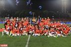 Đội U22 Việt Nam nhận chiếc HCV lịch sử môn bóng đá nam tại Sea Games. Ảnh: Hoàng Linh - TTXVN
