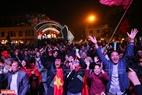 Khu vực Nhà hát Lớn Hà Nội có đặt một màn hình lớn để phục vụ người dân thủ đô theo dõi diễn biến trận chung kết. Ảnh: Khánh Long