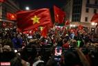 Ngay sau khi trận đấu kết thúc những sắc cờ đỏ đã ngập tràn trên phố Tràng Tiền. Ảnh: Khánh Long