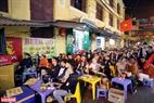 Các cổ động viên Việt Nam đang thưởng thức trận chung kết bóng đá nam Sea games 30 trên phố Tạ Hiện ( Hà Nội). Ảnh: Trần Thanh Giang