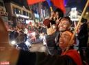 Các du khách nước ngoài hòa cùng niềm vui chiến thắng với các cổ động viên Việt Nam. Ảnh: Trần Thanh Giang.