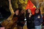 Những giây phút ăn mừng chiến thắng nhẹ nhàng và gần gũi của người dân thủ đô. Ảnh: Thanh Giang