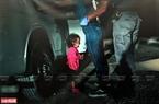 Một em nhỏ người Hondurat đang khóc khi mẹ em bị các nhân viên biên phòng Hoa Kỳ bắt giữ ngày 12/6.