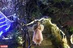Một em bé hóa vai thiên thần trong đêm Giáng sinh. Ảnh: Thanh Hòa