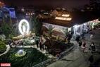 Du khách tham quan vườn hoa và tượng Chúa trong đêm Giáng sinh. Ảnh: Thanh Giang