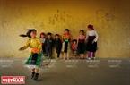 """""""ក្នុងឆ្នាំ២០១៥ ខ្ញុំបានមើលឃើញកម្រងរូបថតដែលដាក់តាំងពិព័រណ៍ និងទទួលពានរង្វាន់នៃ Festival អ្នកថតរូបវ័យក្មេងលើកទី ១។ ខ្ញុំបានចាប់ចិត្តខ្លាំងណាស់ នៅពេលមើលឃើញរូបថត""""លេងសប្បាយក្បែរជញ្ជាំងកុមារភាព""""ដែលជាស្នាដៃទទួលពានរង្វាន់លេខពីរ។ ផ្ទៃខាងក្រោយនៃរូបថតនេះគឺកុមារជនជាតិ H'Mông កំពុងផ្អែកទៅលើជញ្ជាំងនិងសម្លឹងមើលកុមារីបោះឈូង។ ក្តីសប្បាយរីករាយរបស់អ្នកបោះឈូងនិងការកោតសរសើររបស់អ្នកអង្គុយមើលសម្លឹងបានរួមផ្សំគ្នា ក្នុងទីស្ថានពណ៌លឿងខ្ចីមកពីជញ្ជាំង។ លើជញ្ជាំងនេះមានស្នាមគូរដោយធ្យូង រូបភាពផ្កាស្លឹក ដើមឈើ ទេសភាពមេឃពពក សូម្បីតែមានការសារភាពស្នេហ៍គួរឲ្យស្រឡាញ់ណាស់ """"សីញស្រឡាញ់សី""""ដែលបង្កើតអនុស្សាវរីយ៍មិនអាចបំភ្លេចបានទេ ក្នុងសម័យកុមារភាពនៅតំបន់ភ្នំព្រៃ…"""" លោក លីហ័ងឡុង(Ly Hoang Long) ប្រធានក្រុមប្រឹក្សាសិល្បៈ សមាគមន៍អ្នកថតរូបវៀតណាមបានសន្និដ្ឋានអំពីរូបថតនេះ។"""