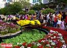 Đường hoa được làm từ những bông hoa tươi nên hương thơm tỏa ra khắp con phố.