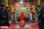 Các bô lão làng An Định bày biện toàn bộ số vàng mã trước ban thờ Thành Hoàng làng và làm lễ trước khi hoá vàng hết số lễ này.