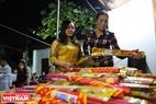 Trời chập tối, người dân tại làng An Định đã đến lấy những bó hương được chuẩn bị sẵn trong đình để chuẩn bị cho nghi thức lấy đỏ.