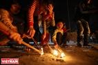 Để an toàn, trẻ con trong làng phải đợi đến khi đám lửa nhỏ lại mới được lấy lửa.