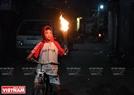 Cậu bé hào hứng khi là những người đầu tiên lấy được lửa và nhanh chóng chạy xe về nhà làm sao cho ngọn lửa vẫn còn.
