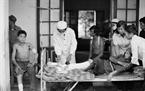Le médecin soigna des élèves du collège de la commune Quyet Tien, district de Quan Ba, province de Ha Tuyên, blessés par des balles d'artillerie. Photo : Hua Kiem – AVI