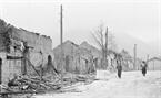 Les habitations et rues du bourg Pho Bang, district de Dong Van, province de Ha Tuyen dévastées par les balles d'artillerie de l'ennemi les 8 et 9 mars 1979. Photo : Ngoc Quan/AVI