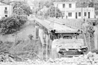 Le pont Ho Kieu, dans la commune de Lao Cai, province de Hoang Lien Son (actuelle province de Lao Cai), dévasté par des bombes de l'ennemi en mars 1979. Photo : Nguyên Trân – AVI