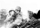 Le soldat de garde frontalière Ngô Duy Nhuong sauva la vie d'un enfant trouvé dans des ruines. Photo : Ngô Dinh Phuoc – AVI