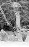 Le pont à hauban du district de Xin Man, province de Ha Tuyên, gravement dévasté par les balles d'artillerie de l'ennemi.  Photo : Minh Diên – AVI