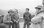 Le correspondant Isao Takano, portant des lunettes, du journal Akahata, organe du parti communiste du Japon, au travail dans la commune de Lang Son aux premiers jours de la guerre de la frontière septentrionale. Il a décédé le 7 mars 1979, sur la route de Quang Trung, de la commune de Lang Son. Photo : Minh Dao – AVI