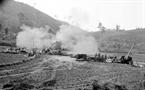 Les soldats du corps de troupes  d'artillerie de la province de Hoang Liên Son attaquèrent l'ennemi le 10 mars 1979. Photo : Phung Triêu –AVI