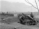 Les soldats préparent les armes avant la bataille sur le front de Ha Tuyên. Photo : Minh Lôc – AVI