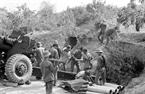 Les soldats et habitants du district de Van Quan, province de Lang Son transportèrent des balles d'artillerie pour alimenter les soldats sur le front. Photo : Ha Viet – AVI