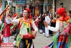 """Các chàng trai điệu đà biểu diễn tiết mục """"con đĩ đánh bồng"""". Đây là một trong 10 điệu múa dân gian độc đáo của đất Thăng Long."""